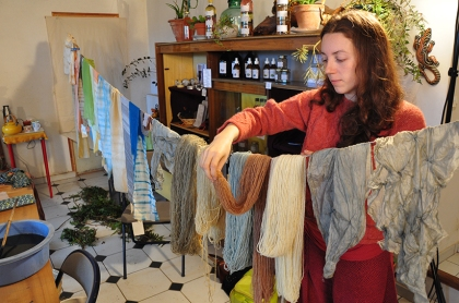 étendage des textiles teints